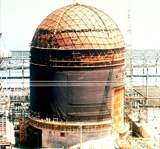 Destruction of a nuclear containment dome as part of decommissioning of a nuclear plant
